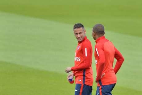 Neymar e Mbappé conversam em treino do PSG