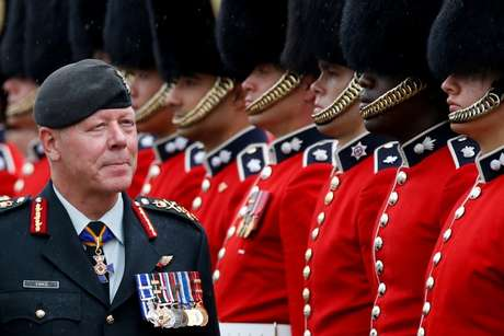 General Jonathan Vance inspecionar guarda cerimonial no Parlamento, em Ottawa 14/07/2016 REUTERS/Chris Wattie