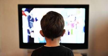 Quase 98% dos lares brasileiros possuem TV, de acordo com o IBGE: o aparelho serve de companhia a milhões de crianças e adolescentes