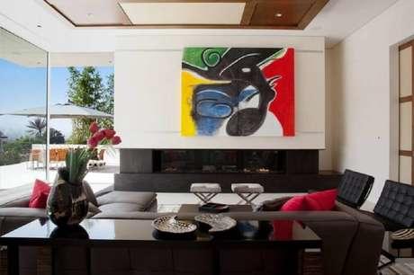 10. Os quadros grandes para sala de estar com decoração em tons neutros podem ser o grande destaque na decoração
