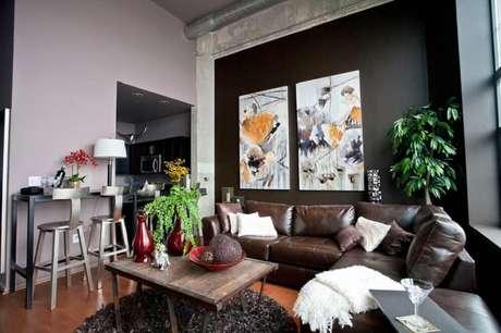 17. Decoração para sala com parede preta e quadros decorativos grandes para sala