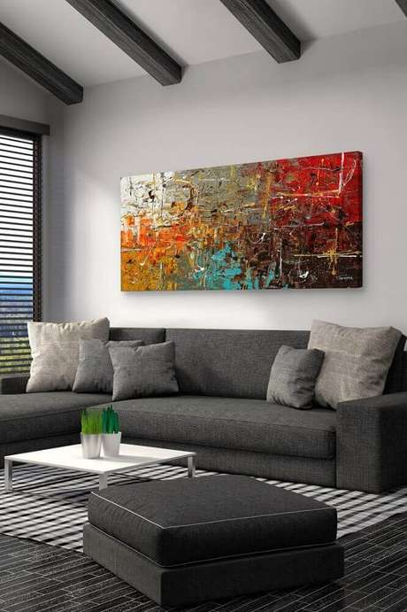 19. Em um ambiente com cores neutra, opte por usar quadros grandes para sala de estar que sejam bem coloridos
