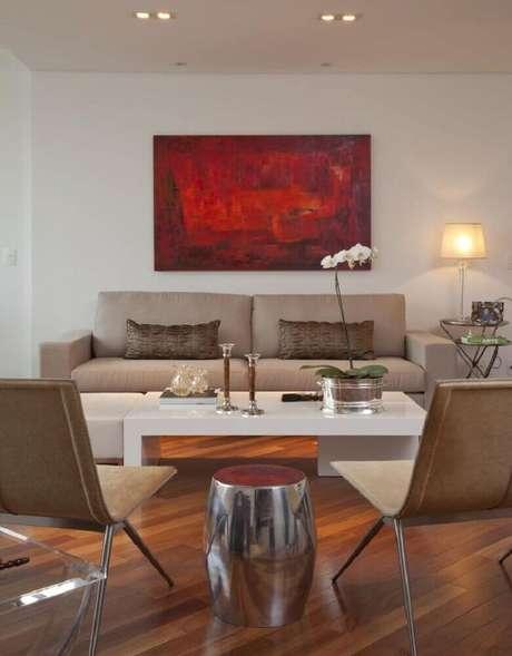 29. Invista em modelos coloridos de quadros grandes para sala de estar decorada com cores claras e neutras como o bege