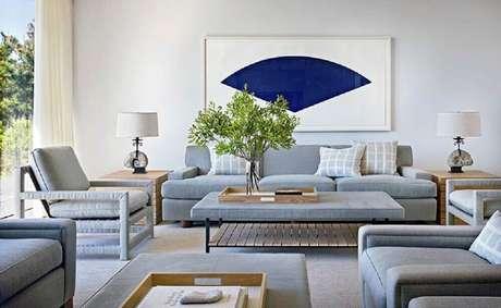 37. Quadros grandes para sala de estar ampla com decoração em tons de cinza