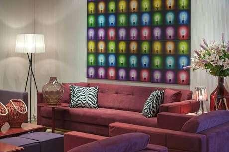 39. Modelo bem colorido de quadros grandes para sala de estar