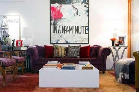 41. Decoração colorida com quadros grandes para sala de estar