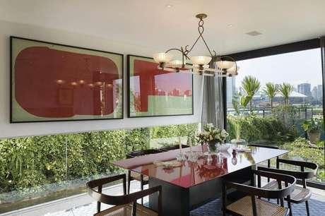 47. Modelos de quadros grandes para sala de jantar com paredes de vidro e mesa preta