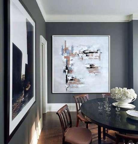 54. Quadros decorativos grandes para sala de jantar com paredes cinzas