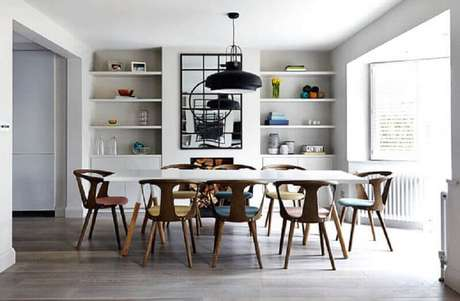 55. Quadros grandes para sala de jantar com piso de madeira e pendente preto moderno