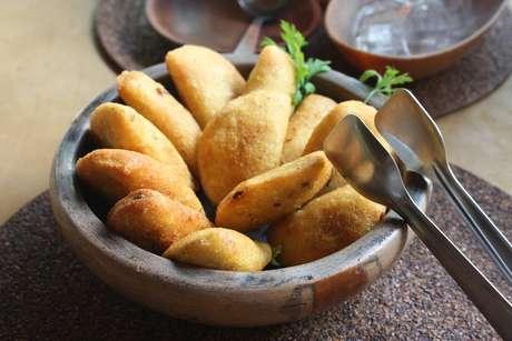 Pasteizinhos caipiras, conhecidos como pastéis de reza, têm massa de milho e recheio de taioba. São servidos no parque pela empresa Natural da Mata, formada por pessoas da comunidade de Taiaçupeba