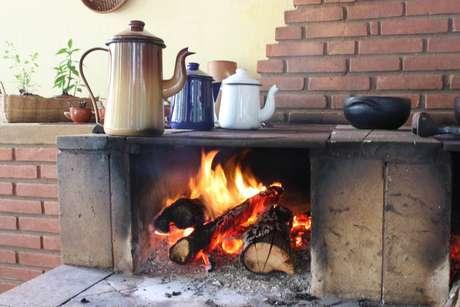 No centro de visitantes, bules esmaltados de café sobre o fogão de lenha dão as boavindas