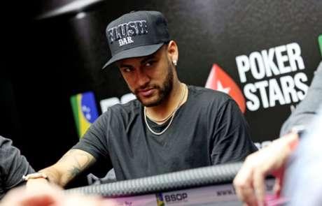 Neymar em ação durante torneio de pôquer em São Paulo