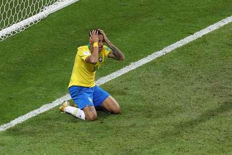 Neymar se ajoelha em lamento no jogo contra a Bélgica, nas quartas de final da Copa do Mundo