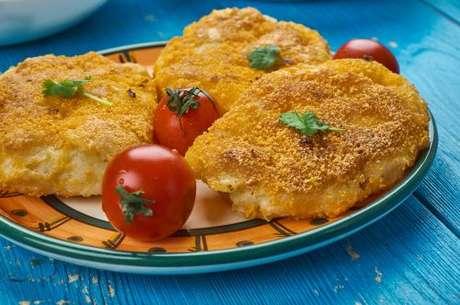 Batata à milanesa servida com tomates cereja