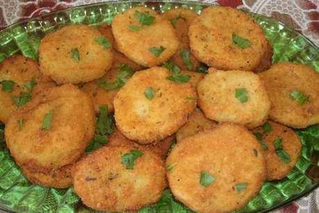 Batata à milanesa salpicada com cheiro-verde
