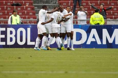Anangonó comemora com os companheiros após marcar pela LDU