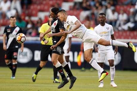 Galhardo disputa a bola de cabeça com Franklin Guerra