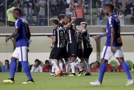 Atleticanos comemoram gol de Leonardo Silva