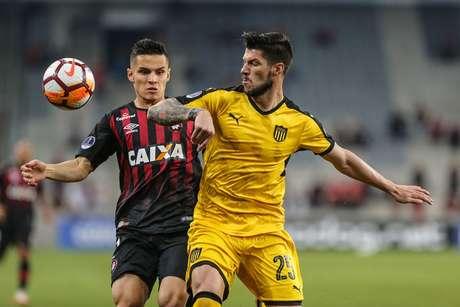 Raphael Veiga disputa a bola com Carlos Matheu