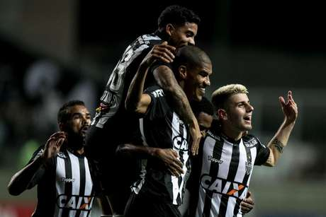 Leonardo Silva comemora com os companheiros