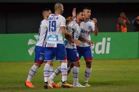 Jogadores do Bahia comemoram gol sobre o Cerro
