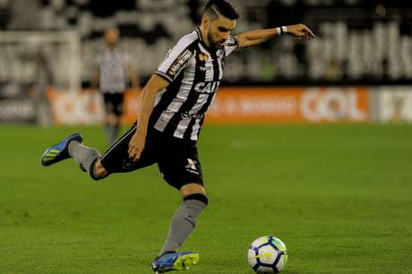 Rodrigo Pimpão chuta a bola pelo Botafogo