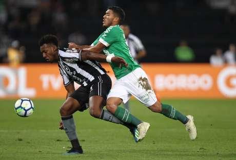 Moisés disputa a bola com Bruno