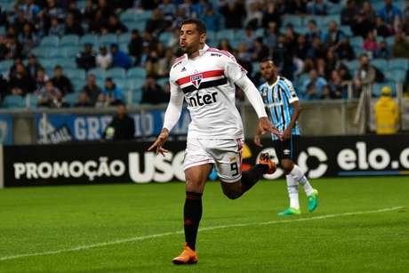 Diego Souza sai para o abraço após marcar o gol do São Paulo
