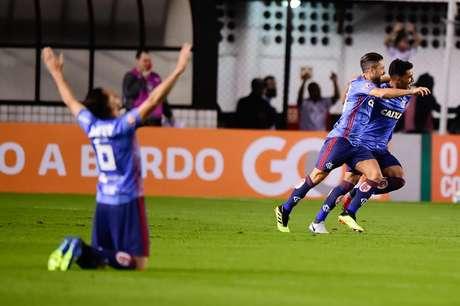 Éverton Ribeiro e Diego comemoram o primeiro gol do Flamengo
