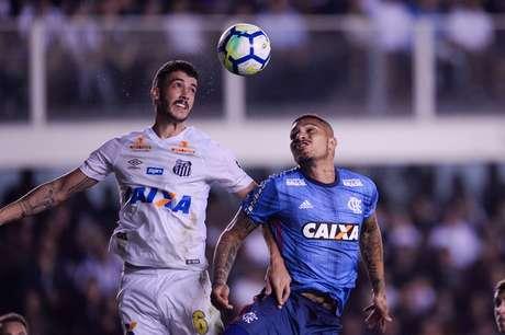 Gustavo Henrique disputa a bola com Guerrero