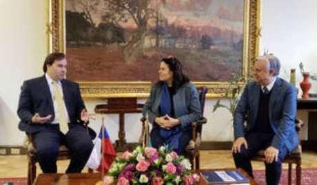 O presidente da Câmara, Rodrigo Maia (esq.), em visita ao Parlamento chileno no início de julho