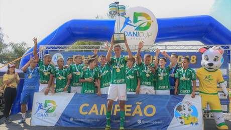 Verdão conquistou o troféu na categoria sub-14 e o Santos no sub-10 e no sub-12 (Foto: Lucas Valéo/Divulgação)
