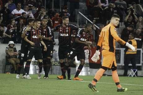 Jogadores do Atlético-PR comemoram gol de Marcelo Cirino