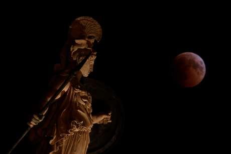 greciacostasbaltasrt 'Lua de sangue' encanta no maior eclipse lunar do século 21 Mundo