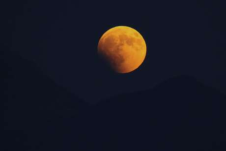 montenegromarkodjuricart 'Lua de sangue' encanta no maior eclipse lunar do século 21 Mundo