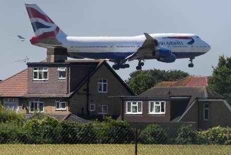 Companhia aéreas do Reino Unido multarão passageiros bêbados que causarem problemas