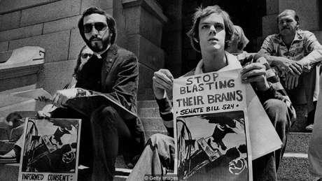 Manifestação em 1977 a favor de projeto de lei para alertar pacientes sobre os riscos da ECT