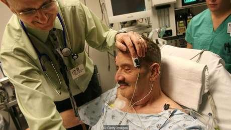 Paciente com depressão grave é preparado para sessão de ECT em hospital da Carolina do Norte, em 2008