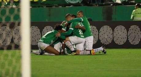 Jogadores da Chapecoense comemoram gol sobre o Grêmio.