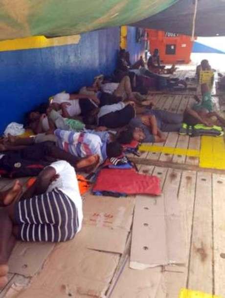 Pessoas resgatadas pelo navio Sarost 5 no Mediterrâneo