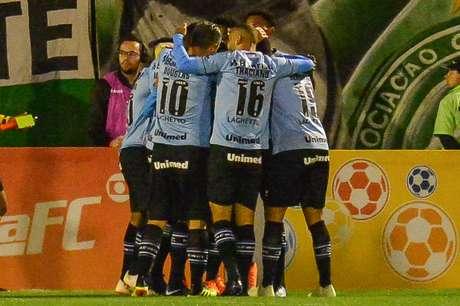 Comemoração do gol de Pepê, do Grêmio, na partida contra a Chapecoense, válida pela 16ª rodada do Campeonato Brasileiro 2018, na Arena Condá, em Chapecó, neste domingo.