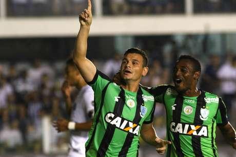 Ruy, do América Mineiro, comemora após marcar gol de pênalti em partida contra o Santos, válida pela 16ª rodada do Campeonato Brasileiro 2018, no estádio da Vila Belmiro