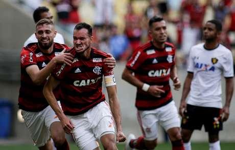 Réver, do Flamengo comemora gol em partida contra Sport, zagueiro abriu o placar aos 14 minutos do primeiro tempo