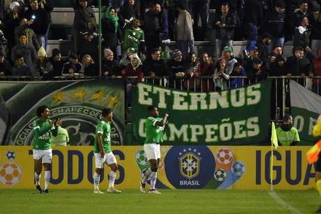 Elicarlos, jogador da Chapecoense, comemora seu gol durante partida contra o Grêmio, válida pela décima sexta rodada do Campeonato Brasileiro 2018.