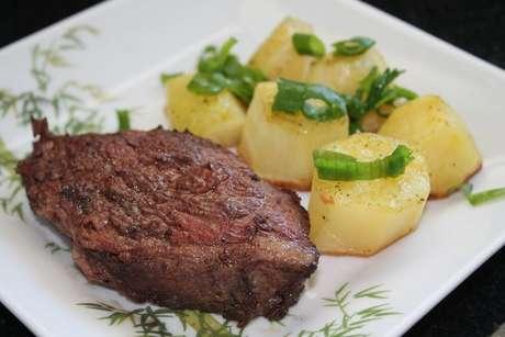 Picanha de forno com batatas salpicadas com cheiro-verde