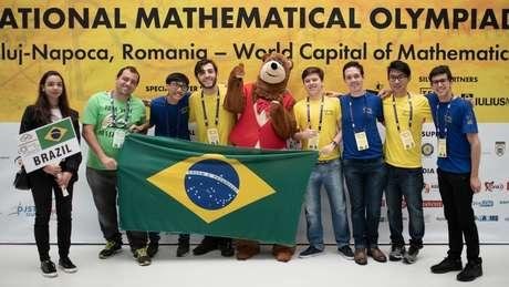 Equipe brasileira da Olimpíada Internacional de Matemática conquistou cinco medalhas, incluindo um ouro de Pedro Lucas Lanaro Sponchiado (à dir)