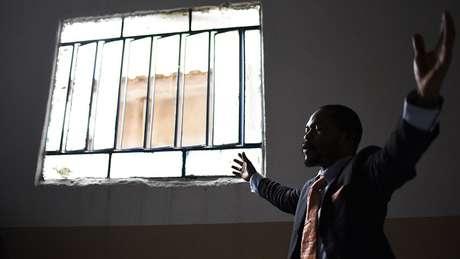 Fiel participa de culto evangélico em igreja pentecostal fundada por pastor congolês em Brás de Pina, frequentada majoritariamente por refugiados do país