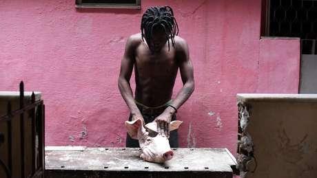 Congoleses preparam comidas típicas em seu país, como o fufu, um fubá preparado com ervas e carne