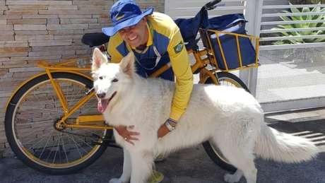 Angelo faz amizade com os cães que encontra em seu percurso