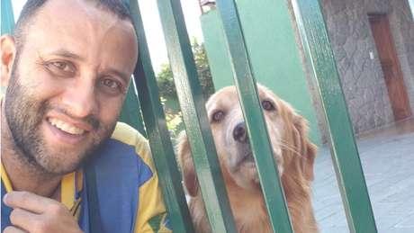 Angelo gosta de tirar selfies com os cachorros com quem faz amizade